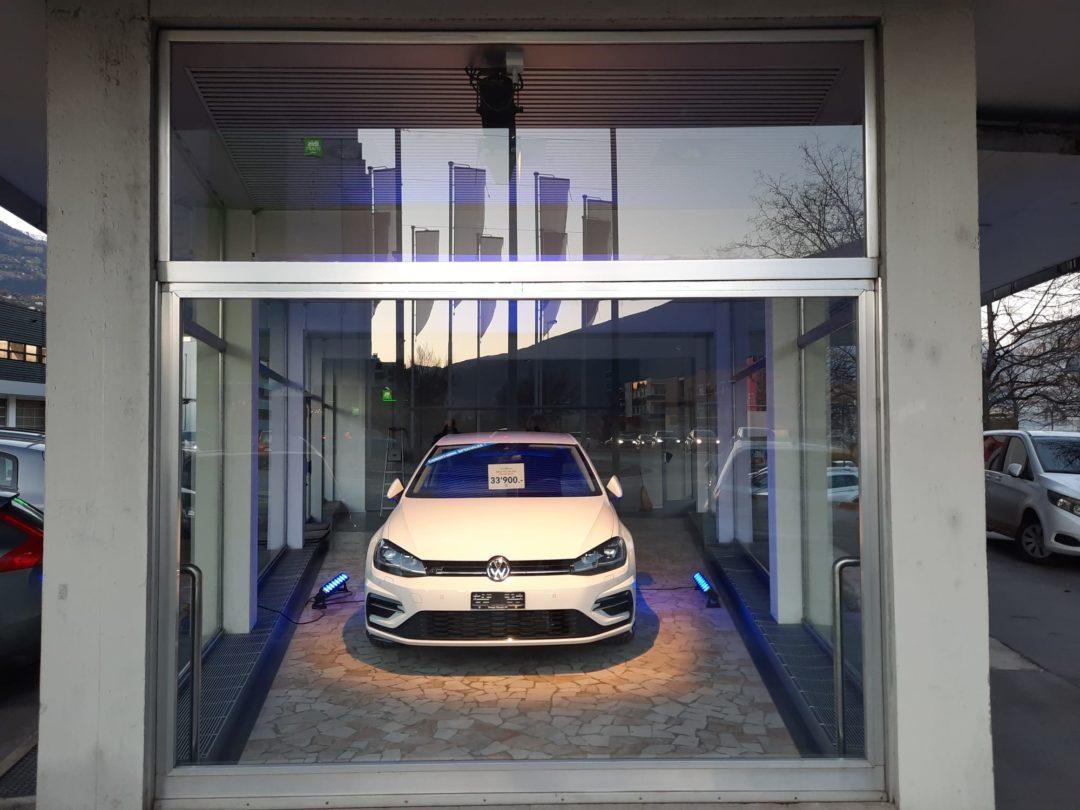 Eclairage de la vitrine du Garage Olympic SA à Sierre