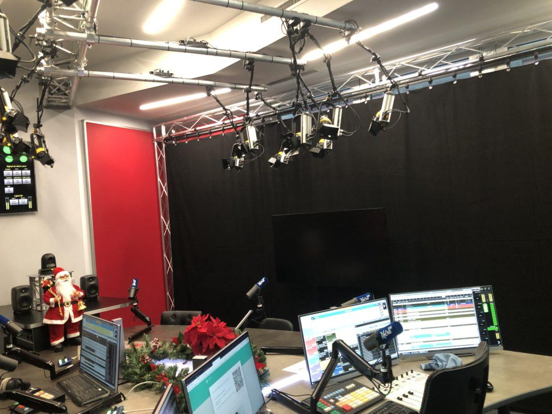Installation d'un rideau sur patience chez Rhône FM