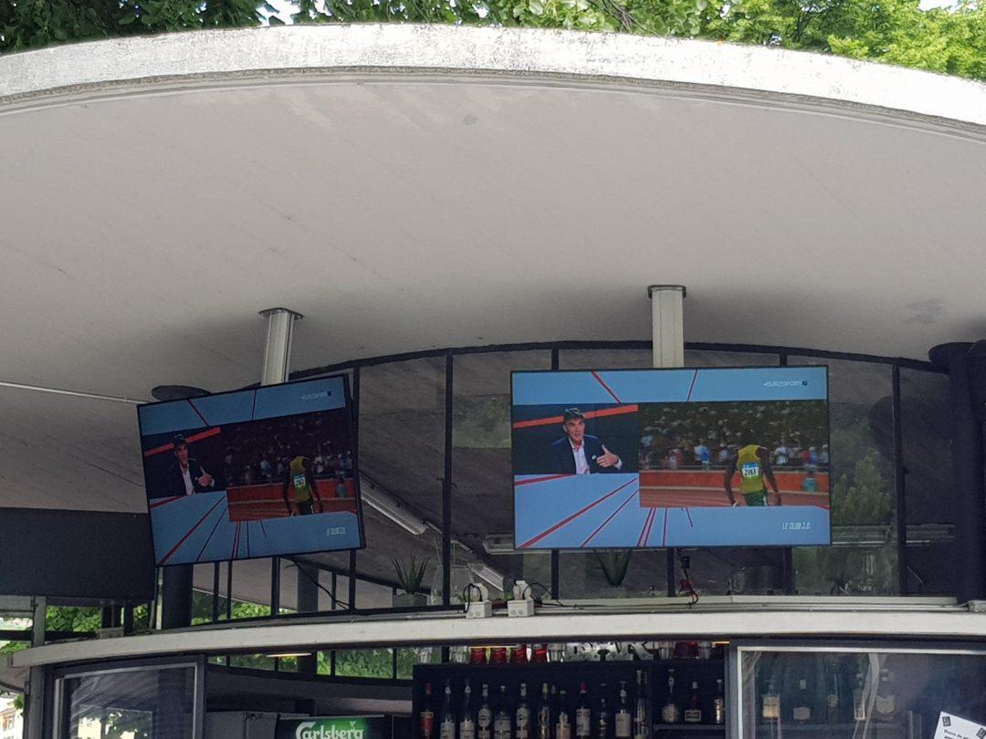 """Installation de 2 écrans LCD 700 cdl 55"""" Chez Fred à la piscine de Martigny"""