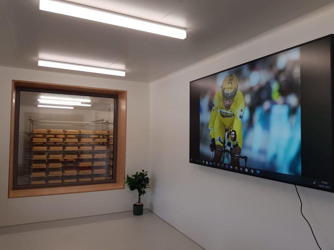 """Installation d'un écrans LCD 86"""" dans la salle de conférence de la Fromagerie Le Maréchal"""